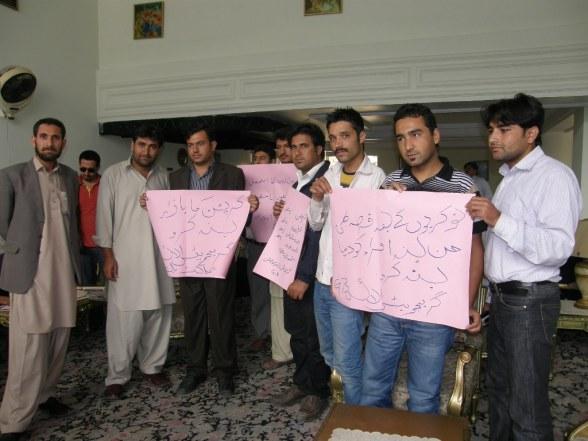 گلگت: پریس کانفرنس کے دوران نوجوانوں نے احتجاجی مظاہرہ کیا