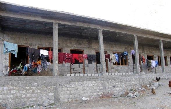 سکول کی نامکمل عمارت جسے خواتین کپڑے سکھانے کے لیے استعمال میں لاتی ہیں